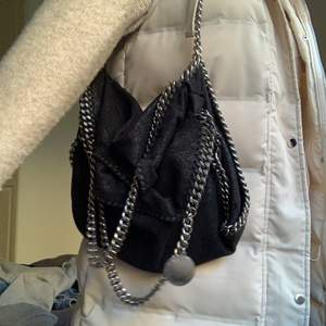 Säljer min Stella McCartney väska. Super bra skick och knappt några slitningar. Köparen står för frakten. BUD JUST NU: 3700kr