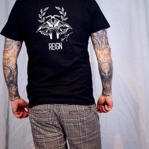Nu släpper vi vårt första plagg!   Denna t-shirt är gjord i 100% ekologisk följsam bomull. Vikten är 180 gram/m2.   Modellen på bilden är 178 cm och bär storlek M.   Pris: 249kr Färg: Finns i svart och mörk marinblå. Tryck: Finns i nattfjäril och paraply. Storlek: Unisex, XS-XL  Frakt: Spårbart brev 63kr i Sverige alternativt gratis upphämtning på Ica Nära Rinkabyholm.   Frågor? Hör av dig via mail eller PM! Mail: reign.uf2020@gmail.com 🖤