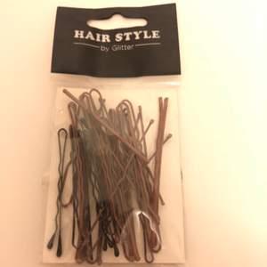 Bobby pins i olika storlekar i brun färg från Glitter. Nypris 40kr MITT pris 10kr. Frakt ingår inte.