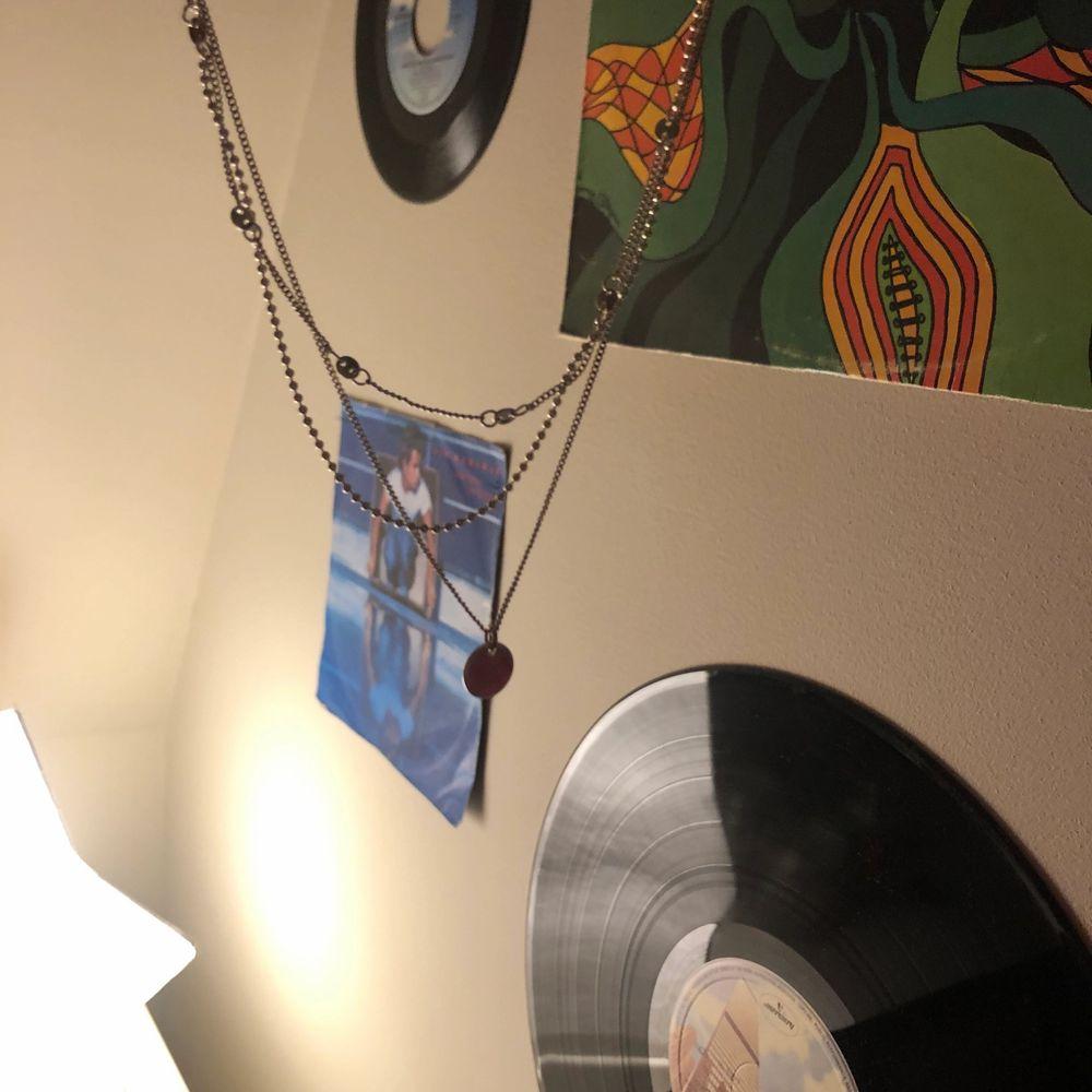 gulligt halsband med tre olika kjedjor som sitter ihop<333. Accessoarer.