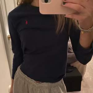 Ralph Lauren tröja från barnavdelningen i storlek S. Går att använda trots storleken. Jag brukar ha storlek S i tröjor. Ärmarna blir såklart lite kortare