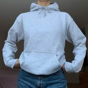 Grå hoodie från Gildan. Ny, knappt använd! Fickan sitter lite snett. +63kr frakt