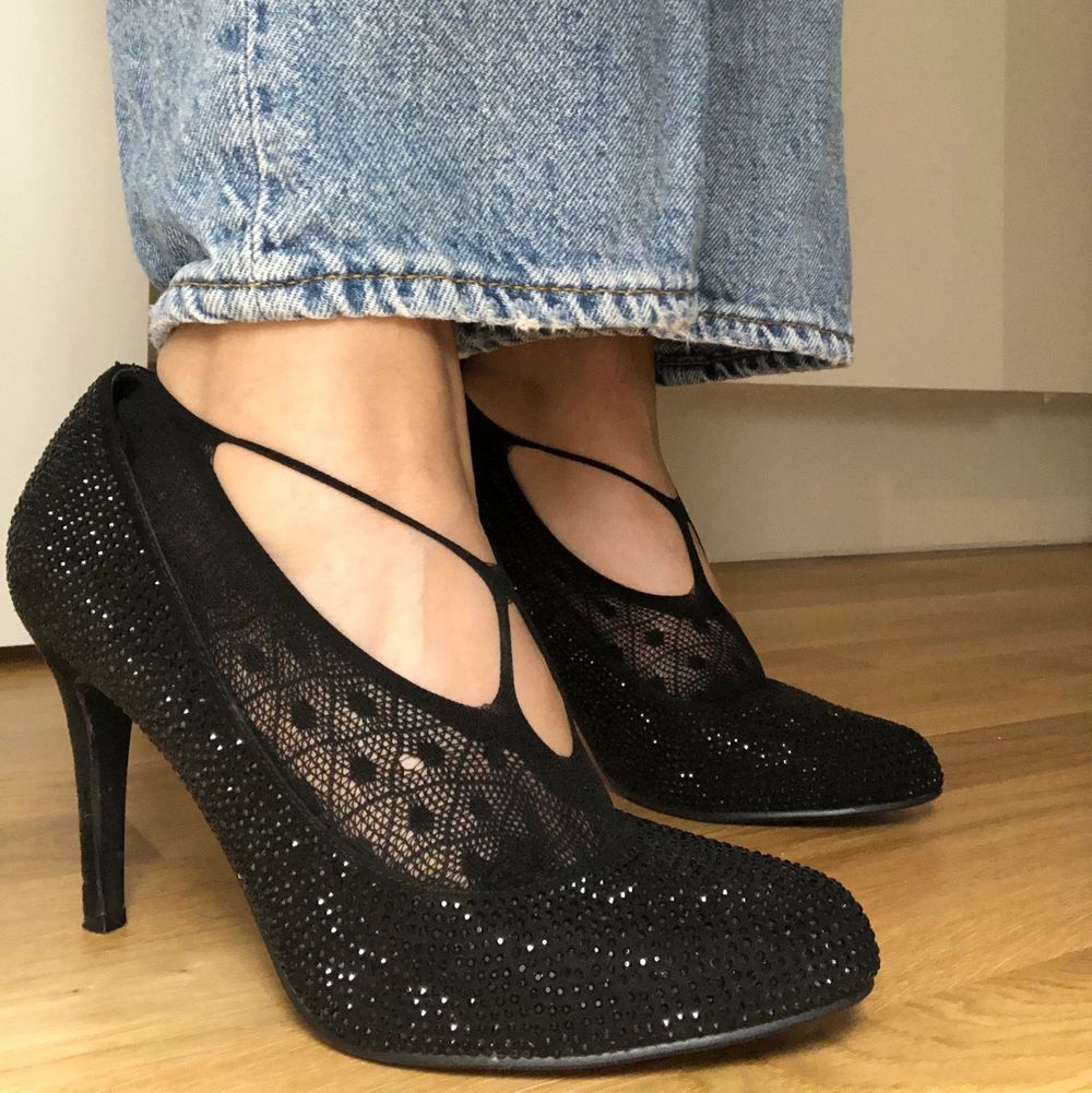 Säljer dessa fina heels som är använda en gång. Säljer dem eftersom de är lite stora för mig. Strumporna och paketet tillkommer. Köpta för 350kr. . Skor.