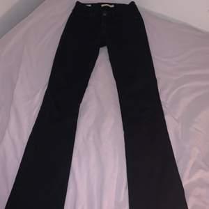 Säljes nu ett par supersnygga och sköna bootcut jeans från Levi's. Varsamt använda och därför har de inte en ända skråma på sig. Dessa är i storlek W26 L34. Inköpspriset är 1200kr. Hör av dig ifall du vill h fler bilder med de på eller om ni undrar något! Modell 715 bootcut