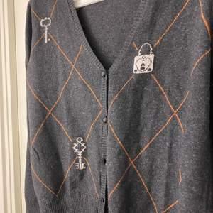 världens!! sötaste stickade kofta<333 Sitter som en oversize S alternativt M. Sticks lite men funkar med en tröja under💕💕 Helt oanvänd. 150 kr + frakt (ej bud)