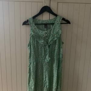 En söt klänning med små blommor. Orginal pris: 200kr.🤎🤎🤎 Storlek L, men den är mindre skulle jag säga.  Frakt betalas av köparen🤎