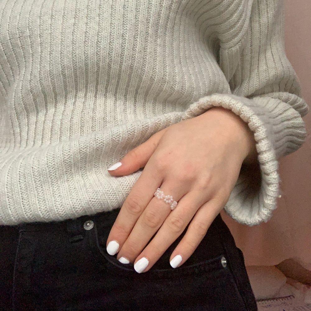 Ringen Inger i genomskinliga och pärlvita pärlor och elastisk tråd, finns i stl S/M och M/L. Frakten kostar 10kr. Desinfekteras innan vi fraktar, kika gärna in våran profil för fler fina smycken😋. Accessoarer.