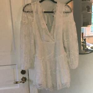 Vit superfin spetsklänning ifrån Selfie Leslie i strl XS. Aldrig använd, bara hängt i garderoben tyvärr. Nypris ca 900 kronor, säljer för 400, men kan tänka mig mindre. Är normalt en storlek S-M, men denna sitter bra, tom lite stor över brösten.