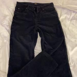 Säljer mina lee straight Manchester byxor i strl W27 L31, ränderna är tätare än vanlig Manchester vilket är snyggt, och modellen är snygg och ger en bra form, dom är mid rise