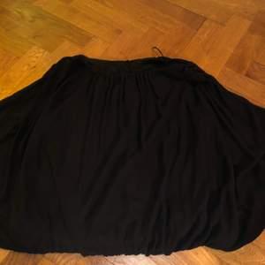 En svart blus med genomskinligt tyg men en kroppsformer linne inuti så att överkroppen täcks! Super fin, använd men i gott skick! Storlek medium (men funkar även som small och large då det är en ocersized/inte kroppstät. Original pris:390kr