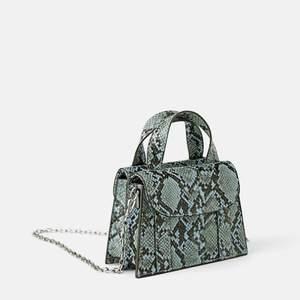 Säljer min söta lilla blå väska från zara, med två sidofack (: Fungerar även att ta bort kedjan o bära den i handtagen. Kontakta för frågor!!