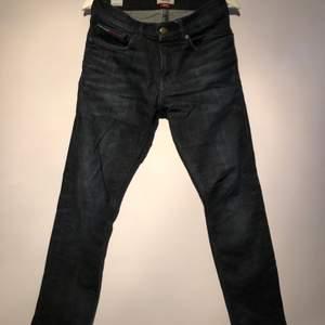 Mörka jeans från Tommy jeans, slim, bra skick. Pris går att diskutera.