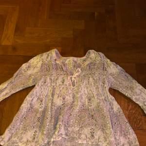 En odd Molly blus i mönstrat material, med knytbar öppning vid bröstet. I storlek 2 (funkar för Small och medium) bra skick! Originalpris : 1200kr