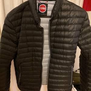 Säljer nu min jacka som är av märket colmar nypriset på den var 3100 säljer den för halva priset då jag känner att min garderob blivit full