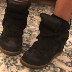 Isabel Marant wedges köpta på schpock. De är använda en höst av mig men är i fint skick. Passar mig som variarar mellan 38 och 39 i sko strl.