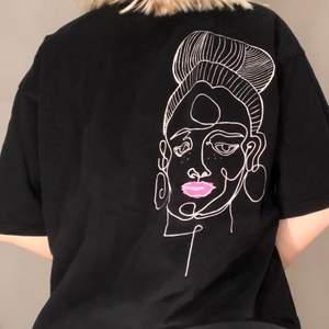 Cool t-shirt med ett tryck som man kan ha både fram och bak. Storleken är XS men passar mig som har en S då den är oversized i modellen💕💕Tröjan är designad av Danny Saucedo!