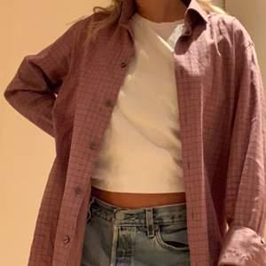 Säljer en av mina pappas skjortor från Hugo Boss, väldigt chill och skön att ha över en t shirt. Jag har storlek M. Ordinarie pris va 1100kr