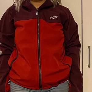 Röd jacka i storlek M använda nån gång bara