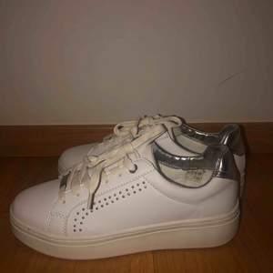 Säljer dessa asballa skor ifrån Duffy som har silverdetaljer. Dom är helt oanvända och säljer pågrund av att de är för stora för mig.