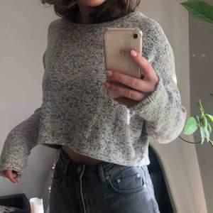 Kortare stickad tröja:) passar både S och M  Frakt tillkommer på 39kr