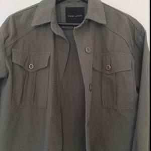 En grön skjortjacka i 100% bomull från Newlook. Köpt mindre än ett år sedan, använd några gånger men är i mycket bra skick. Storlek 36.