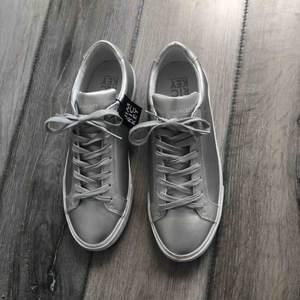 Silvriga sneakers från Jim Rickey, köpta på footway men har tyvärr inte kommit till användning. Storlek: 39 Nypris: 1100kr Skick: aldrig använda