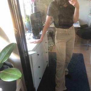 Säljer mina beiga Yoko jeans från monki då de tyvärr är aningen för långa i benen för mig (är 166) :/. Ganska så stretchiga i materialet och vida i benen! Frakt ingår ej i priset.🌟