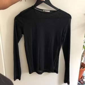 Genomskinlig tröja från Zara. Helt felfri men kommer bara inte till användning. Något som kan ses som en fördel med tröjan är att den inte är såå genomskinlig, alltså ganska täckande men ändå inte helt.