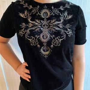 Jättefin sammet tröja från Vintage Stories, köpt på Kappahl. Superbra skick, endast använd en gång. Tröjan har även coola guldmönster, kan användas på tillfällen som fest, utekväll osv.🥰✨
