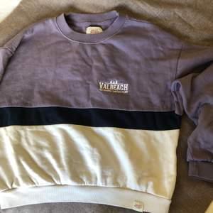 Flerfärgad sweatshirt från Pull & Bear. Sparsamt använd. Lite oversize.