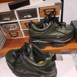 buffalo London äkta platform boots storlek 37 använda 1 gång i pefekt skick. förrän är metallic grön så jävla snygga