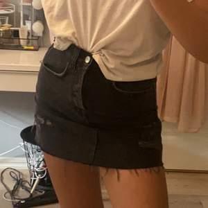 Skitsnygg jeanskjol med lite slitningar, säljer pga för liten. Fraktkostnad tillkommer :)