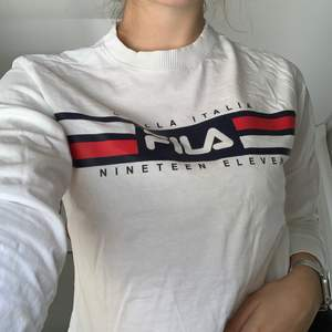 Fila white crew neck long sleeve shirt, with fila details on the front. Sleeves have a detail at the bottom! Bought for 620 selling for 300