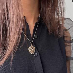 Lejon halsband i guld. Aldrig använt halsbandet säljer det pga att det inte kommer till användning. Man kan även ställa in vilken längd på halsbandet man vill ha.
