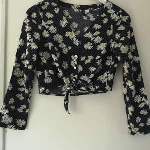 Blommig blus från H&M med knytning där fram, även knappar. Välanvänd i yngre dagar, men i gott skick. Storlek 34/XS. 100 kr, köparen står för frakten på 63 kr. 🌸