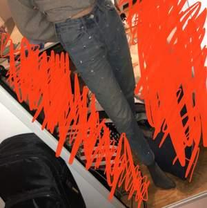Ett par lite tightare mom jeans i st.25 från H&M. Det är lite olika nitar på framsidan, men inga på baksidan. Säljer pga att de är lite korta på mig. Frakt tillkommer!😊