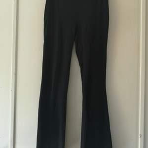 Byxor med utsvängda ben nedtill. Mjukt tyg, från Gina Tricot. Välanvända och lite noppriga. Storlek S. 40 kr, köparen står för frakten på 63 kr. 🌸