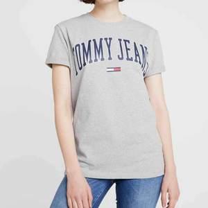 Oanvänd Tommy hilfiger tröja som är köpt på zalando för 499 kr. Jag säljer den för 180kr. Köparen står för frakt ❤️