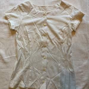 Jättefin vit blus med broderi vid kragen. Säljes pga den tyvärr inte passar längre. Strl S, skulle säga ca 34-36. 50 sek + frakt.