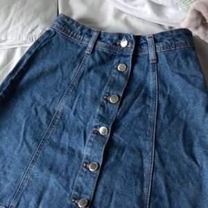 Kjolen köpte jag från hm och har användt mycket sällan. Väljer o sälja den för att det inte riktigt är min stil.