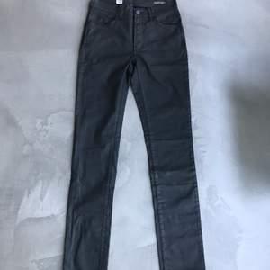 Svarta tighta waxed highwaistbyxor. Aldrig använda pga för liten storlek.