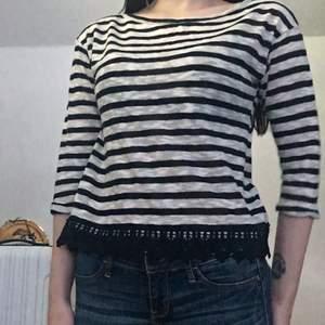 Fin tröja med spets nertill, knappt använd, passar storlek xs-s 💕 frakt tillkommer