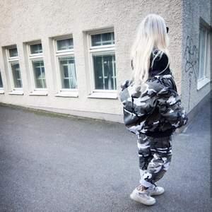 Camouflage byxor, baggt, hög midja. Storlek xs i midjan, hög midja. Jag som är på bilderna är 173cm lång.  Brukar använda small/medium annars. Skickas mot att köparen står för frakten på 62kr.