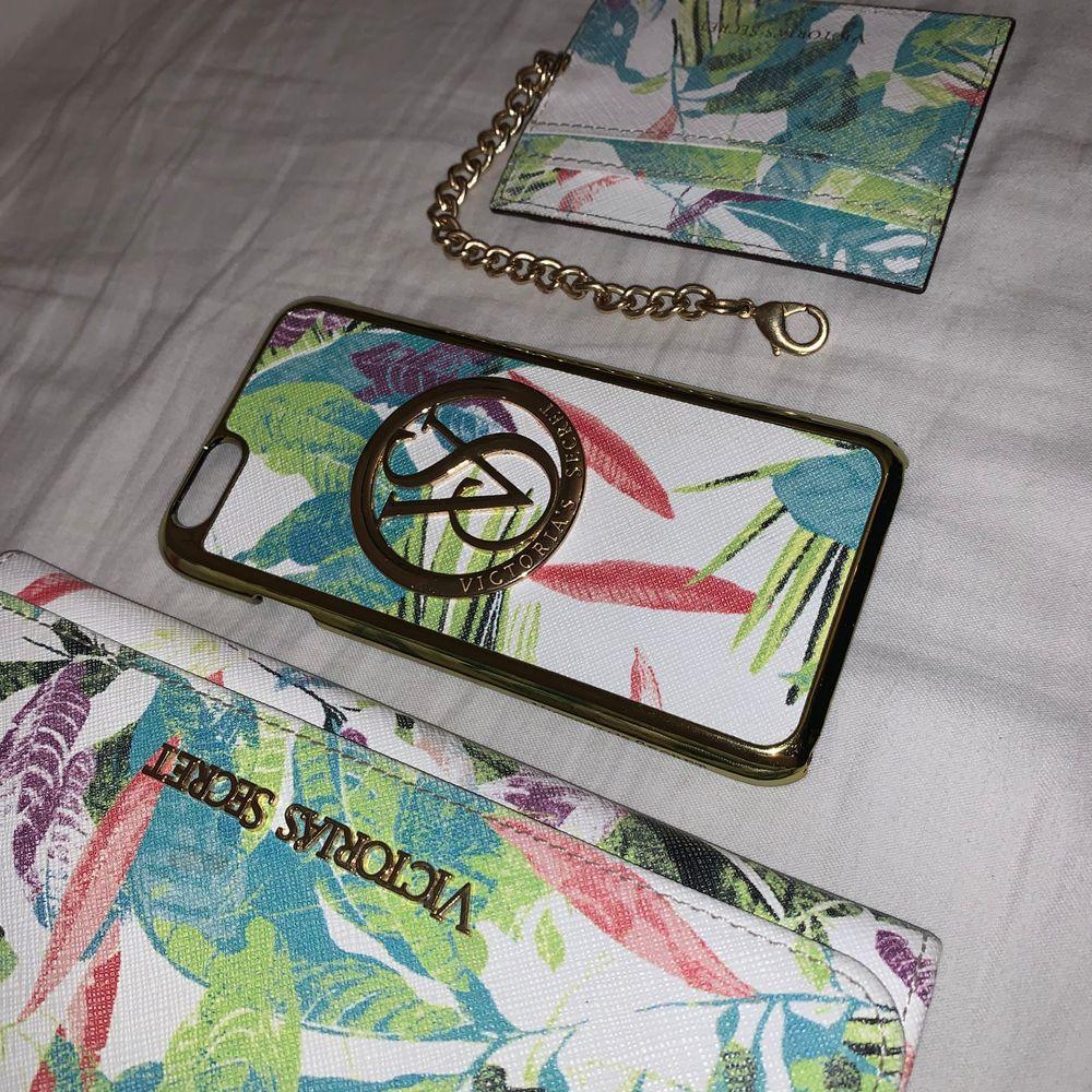 Plånbok, mobilskal (iPhone 6/6S), Korthållare. Alla i fuskskinn från Victoria's Secret. Plånbok = 70kr, Mobilskal = 30kr, Korthållare = 50kr. Eller alla tre för 115kr.. Accessoarer.