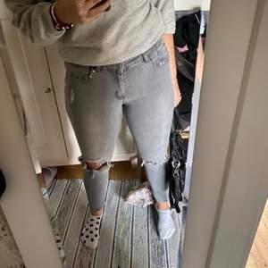 Gråa jeans med slitningar, nitar och hål från mango🤍🖤 stretchiga