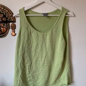 Grönt linne i stlk XXL som är endast använd 2 ggr. Har då knutit upp så den passar mig :) men kan även användas som väst med en tshirt under☺️ 100 kr inklusive frakt.
