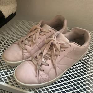 Skor från Soc som tyvärr är för små men har ändå använt dom en del. Jag har 39 och skulle säga att dom är typ 38-38,5. De är lite smutsiga men tror definitivt att det går bort. Märket där bak på skorna har gått av. Priset är utan frakt och kan diskuteras!
