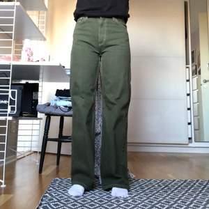Wide leg jeans från monki i modellen Yoko (nypris 400kr). Superfin grön färg som passar perfekt nu till hösten. Köpta förra hösten och bra skick. Frakt 79kr 💚 (säljer även samma modell fast orangea)