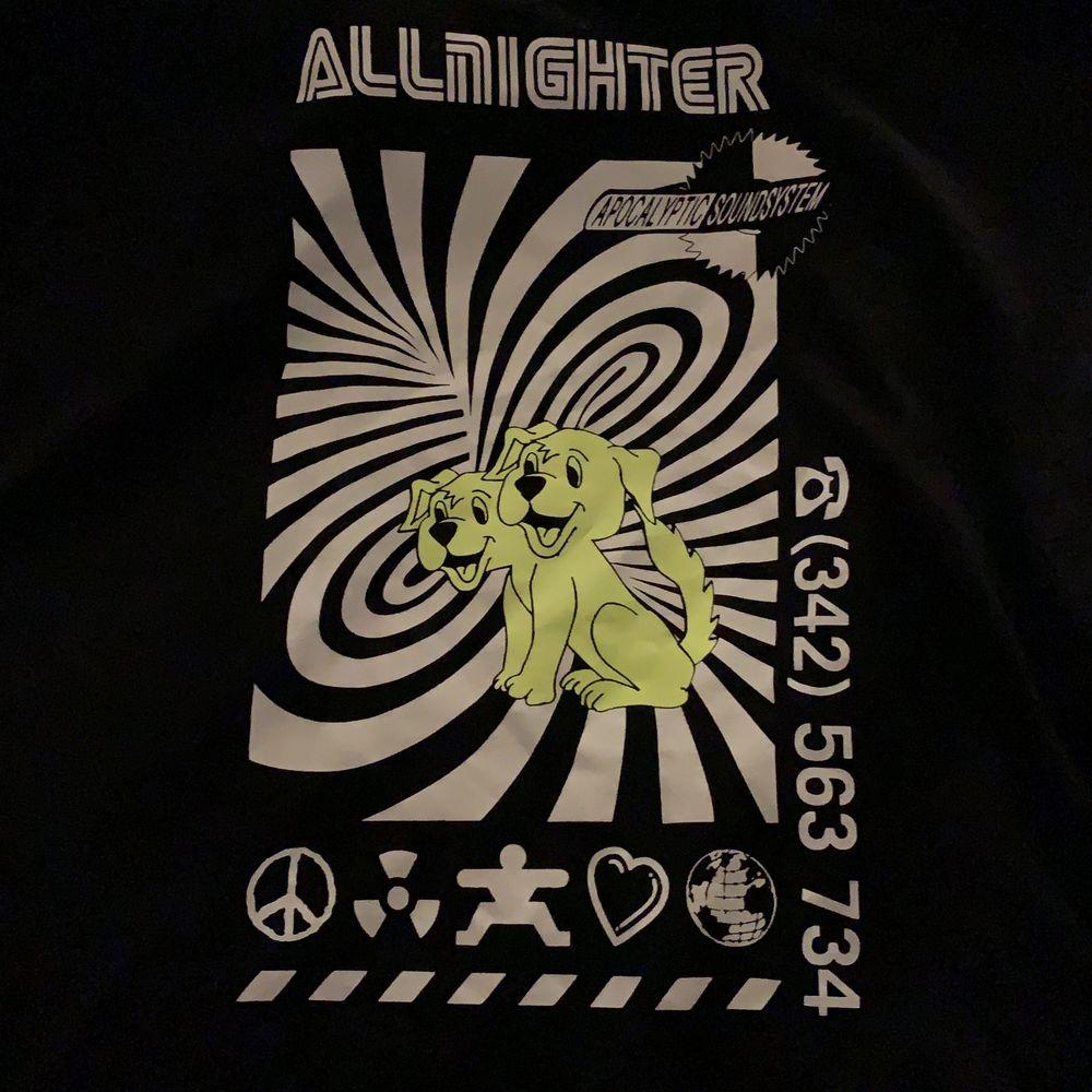 Helt oanvänd t-shirt från weekday! Säljer för att den inte har kommit till användning. Frakt tillkommer⭐️. T-shirts.