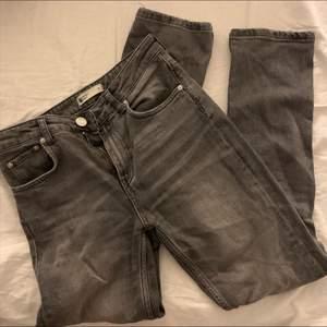 Snygga gråa jeans, ska inte sitta tajt men jag har växt ur dom. Är 1,60 lång. 100kr +frakt❣️